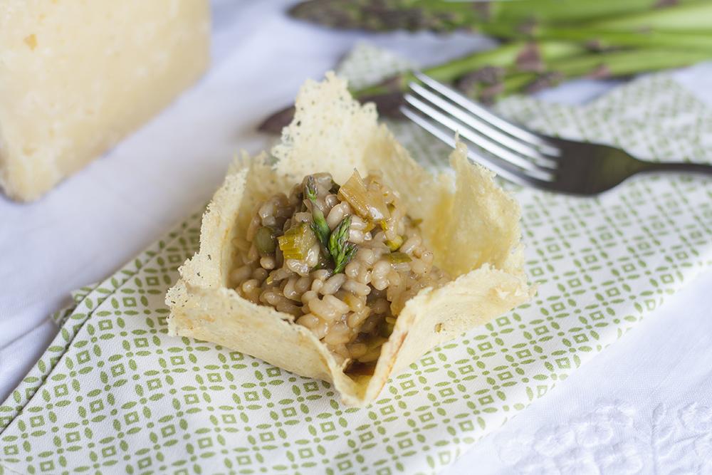 risotto espárragos verdes en vasito crujiente de queso