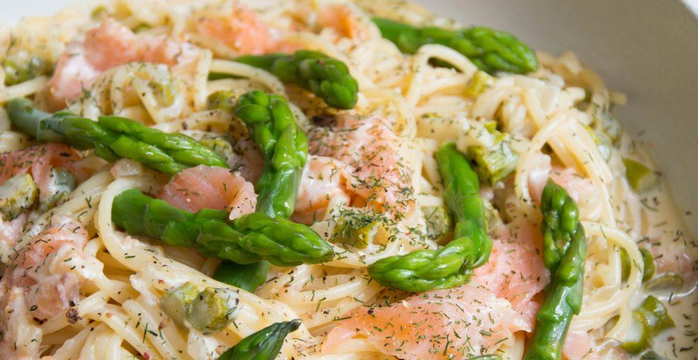 espagueti con salmón ahumado y espárragos trigueros receta