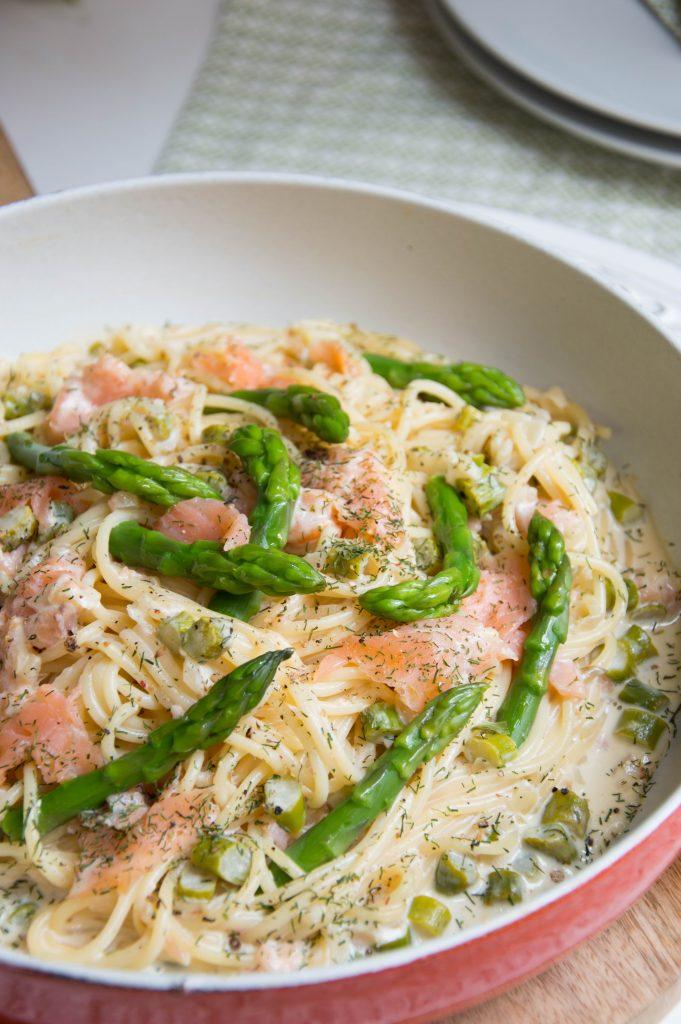 Espagueti con salmón ahumado y espárragos trigueros - Barilla