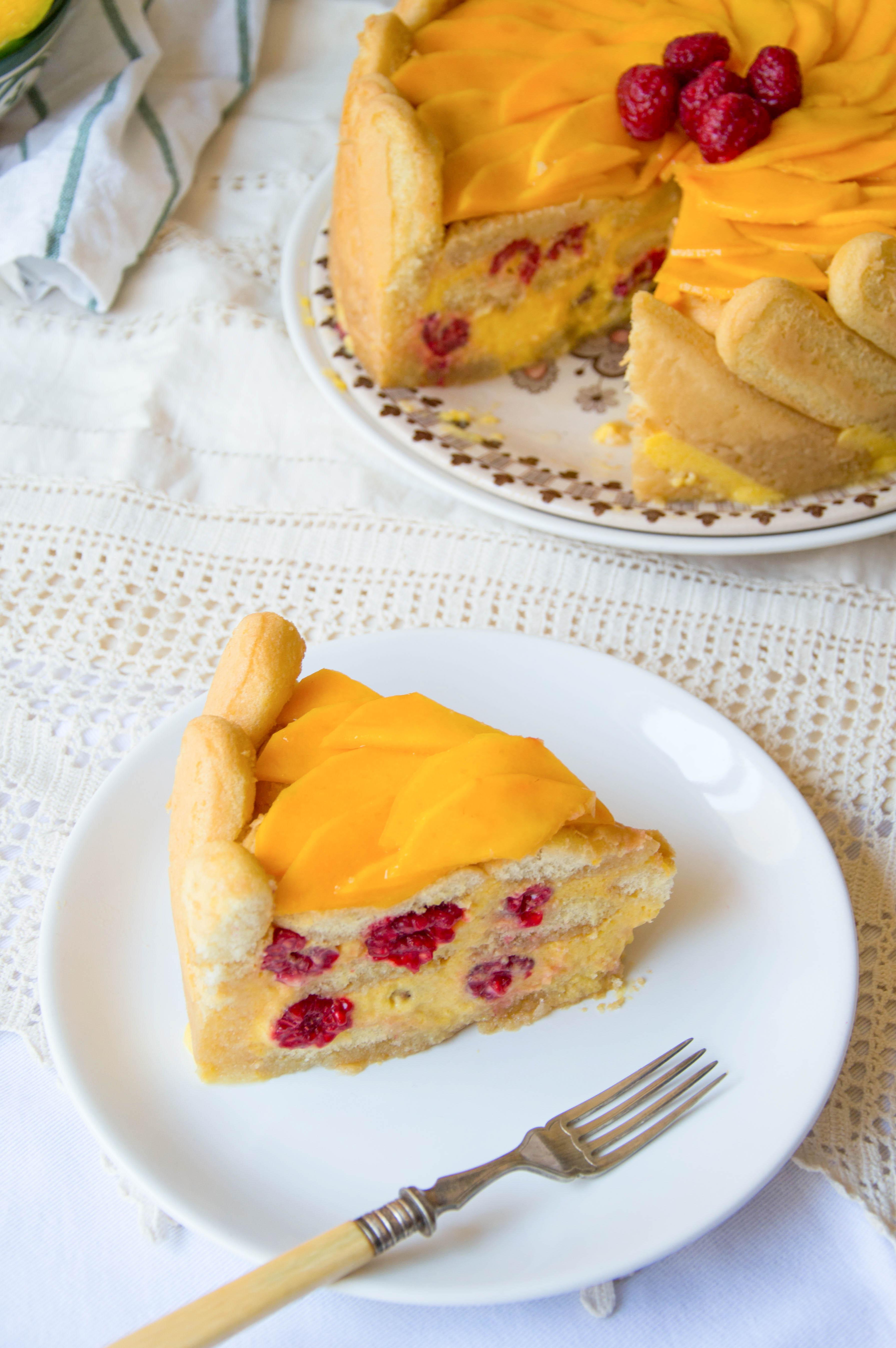 charlota de mango y frambuesas porción