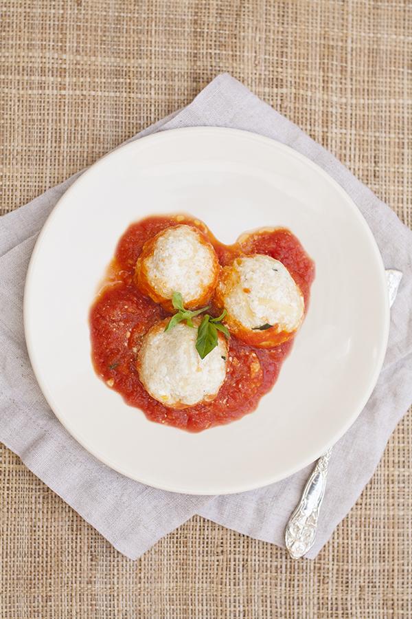 Bolitas de requesón en salsa de tomate y albahaca